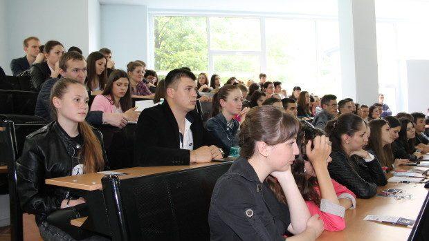 Studenții francofoni pot participa la dezbateri tematice și câștiga o călătorie surpriză
