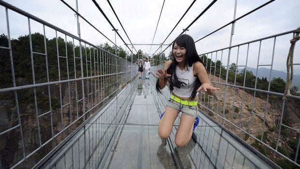 (foto) În China a fost inaugurat un pod de sticlă. Priveliștea înspăimântă turiștii