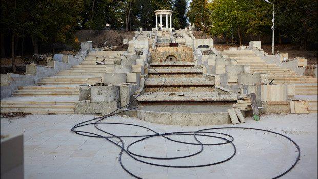 (foto) Iată cum decurg lucrările de reabilitare a scărilor cu cascadă de la Valea Morilor