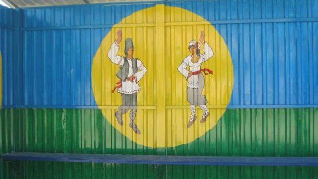 (foto) Motive tradiționale au fost pictate pe culoarea spicului de grâu la stațiile din Ialoveni