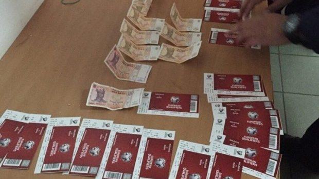 Vindeau ilegal bilete la meciul Moldova-Rusia. Le-au cumpărat cu 100 lei și le comercializau cu 450