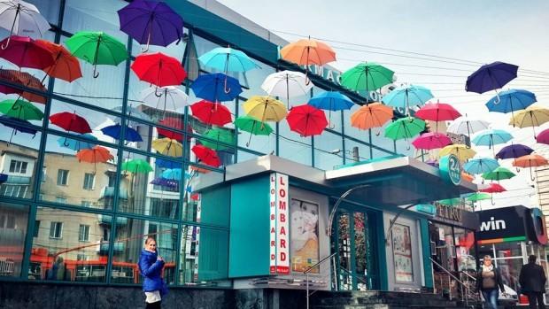 (foto) Umbrele viu colorate, suspendate în aer au fost instalate în Chișinău