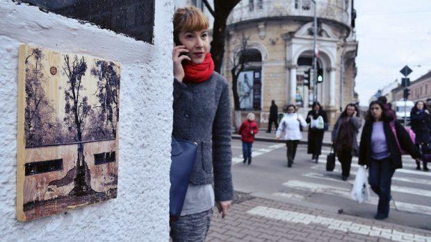 (foto) Atârnă tablouri prin România pentru a împărtăși frumusețea