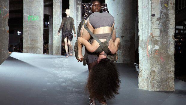 (foto, video) Prezentare de modă controversată la Paris Fashion Week. Femeile îmbracă pe ele femei