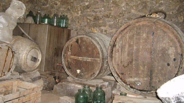 Fermentarea vinului a mai făcut două victime! Un bărbat și mama sa au fost găsiți morți într-un beci