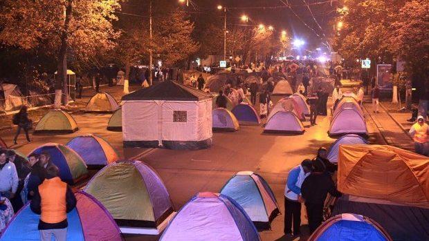 """Protestatarii lui Dodon și Usatîi și-au mutat """"orășelul corturilor"""" pe bulevardul Ștefan cel Mare și Sfânt"""