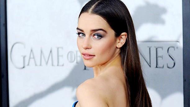 (foto) Emilia Clarke (Daenerys Targaryen) – cea mai sexy femeie a anului 2015, potrivit Esquire