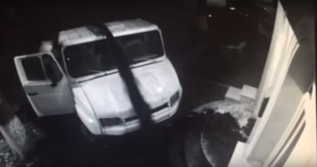(video) O mașină a descărcat fecale în fața sediului central PLDM. Reacția partidului