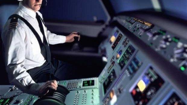 Pilotul unui avion cu 152 de oameni la bord a murit în timpul zborului