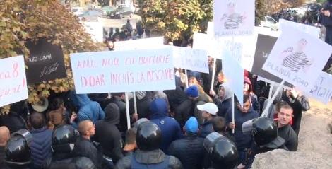 """(video) Două mișcări la Judecătoria Buiucani: """"Filat, la pușcărie"""" și """"Libertate lui Filat"""""""