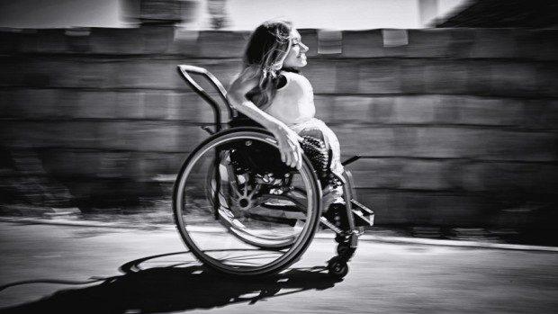 (foto) Viața din scaunul cu rotile. O lecție de independență de la Elena Cucuruzeanu