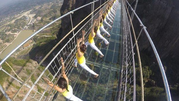 (foto) Iată cum arată o ședință de yoga practicată de 100 de tinere pe un pod de sticlă