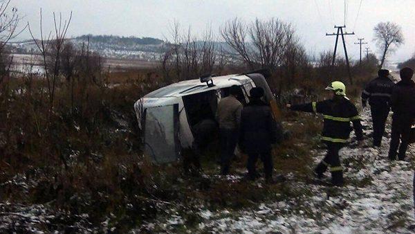 Un microbuz cu 16 pasageri s-a răsturnat în raionul Călăraşi