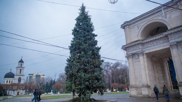 Împodobirea Bradului de Crăciun din centrul Chișinăului este în toi