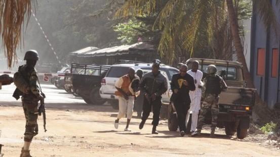 Atac armat la un hotel frecventat de străini din capitala statului Mali