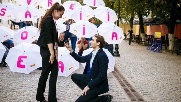 (foto) Cerere originală în căsătorie pe Strada Pietonală din Chișinău