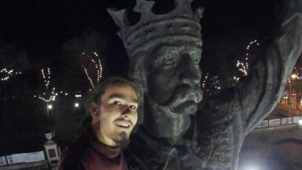 Selfie-ul anului! Un tânăr și-a făcut selfie cu statuia lui Ștefan cel Mare și Sfânt