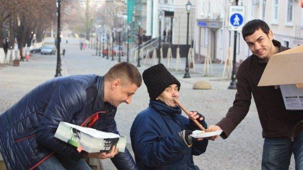 (foto) Un gest demn de urmat! Câțiva tineri au împărțit mâncare oamenilor străzii din Chișinău