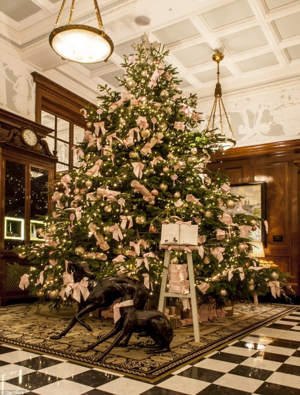 2F6C800F00000578-3359627-Pink_bows_are_the_feature_at_the_The_Savoy_and_even_black_greyho-a-46_1450351284077
