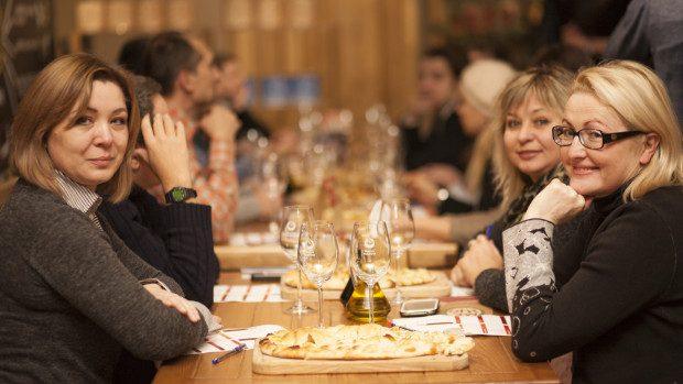 (foto) De la alb spre roșu sau cum am devenit prietenoși cu vinul la un master-class profesionist de degustare