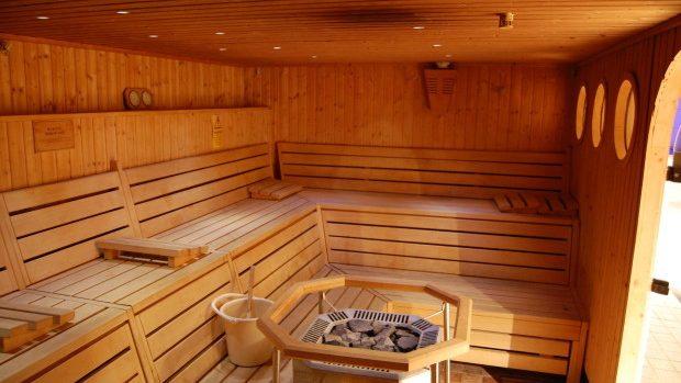 O adolescentă de 14 ani, abuzată și obligată să acorde servicii sexuale într-o saună