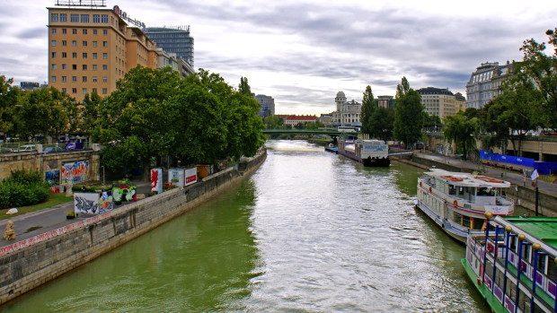Descoperire pe Dunăre: 100.000 de euro pluteau pe apă