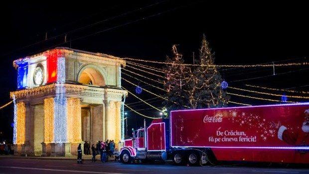 Vin Sărbătorile! Caravana Coca Cola a ajuns în centrul Chișinăului. Fiecare a primit câte un cadou