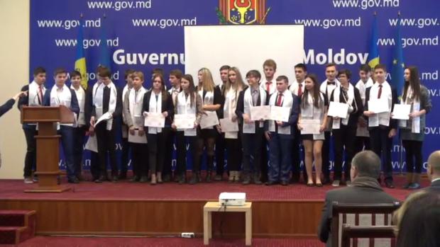 """(video) """"Gala Olimpicilor"""": Elevii moldoveni au cucerit 31 de medalii în anul 2015"""
