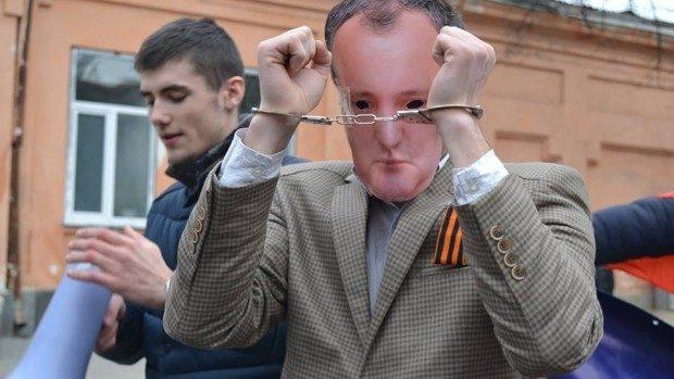 (foto) Tinerii unioniști de la ODIP au înscenat arestarea lui Dodon și escortarea sa la Procuratură