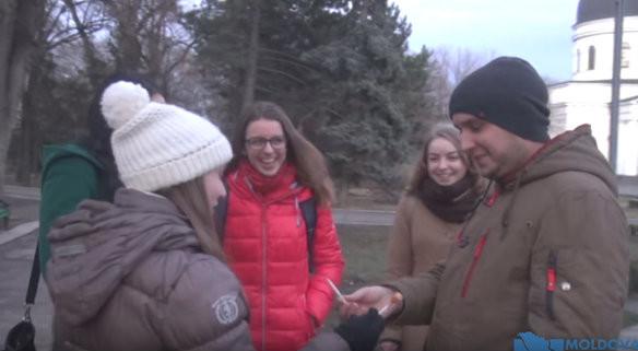(video) Inițiativă printre tinerii din Chișinău: Schimbă țigara pe o acadea