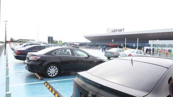 Parcarea din incinta Aeroportului din Chișinău a devenit cu plată. Iată care sunt tarifele
