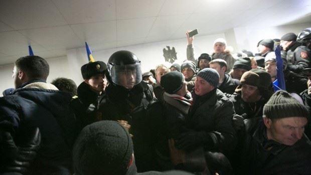 (foto) Imagini din interiorul protestului din spatele Parlamentului