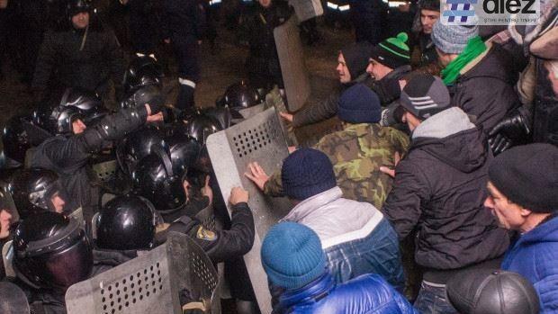 (GALERIE FOTO) Protestatari vs polițiști. Manifestațiile din preajma clădirii Parlamentului în imagini