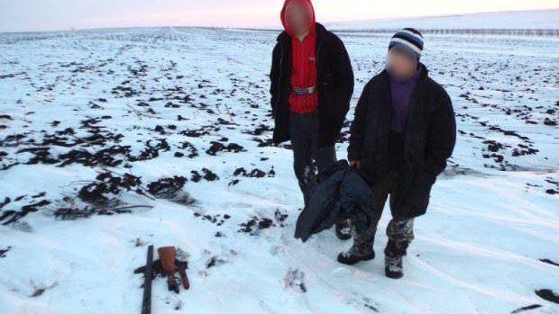 Zilele de odihnă: Doi tineri, dintre care unul minor, s-au pornit cu arme la vânătoare