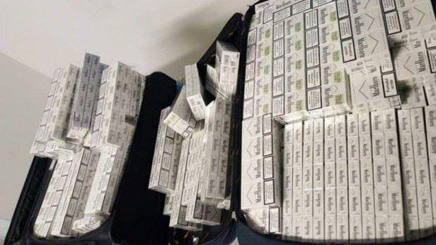 Doi moldoveni au încercat să zboare la Dublin cu peste 2.000 pachete de țigări în bagaje