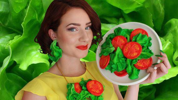 """(foto) Creațiile """"delicioase"""" ale unei tinere care realizează genți și accesorii din mâncare"""