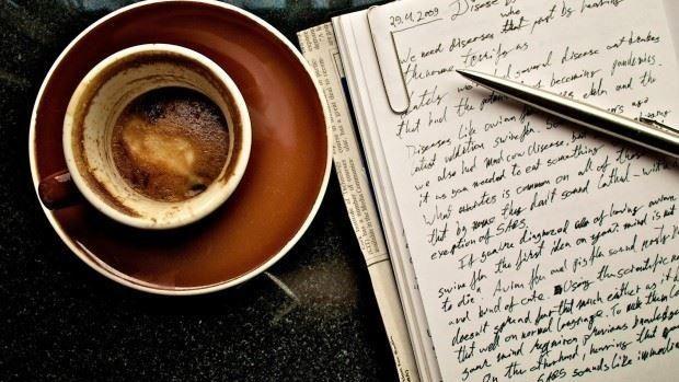 Obiceiuri ciudate ale unor scriitori faimoși: 50 de cești de cafea pe zi sau scrisul cu capul în jos