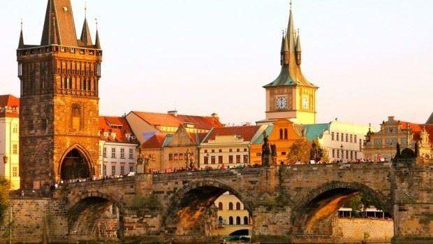 Participă la o școală de vară de trei săptămâni la Praga