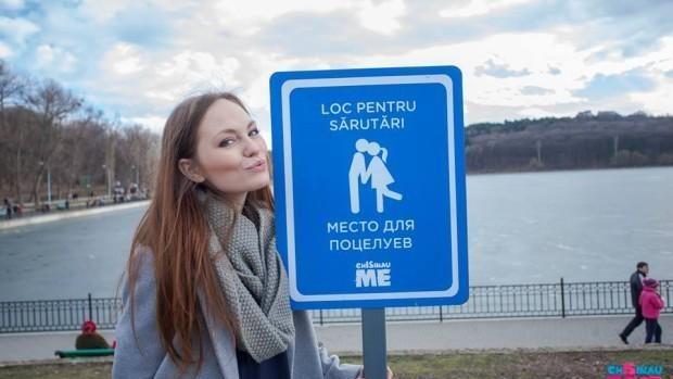 (foto) Indicatoare mai neobișnuite în Chișinău, care te îndeamnă să te săruți