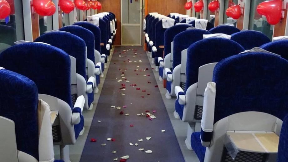 (foto) Melodii de dragoste și petale de trandafir. Gara Feroviară s-a transformat într-o gară a îndrăgostiților