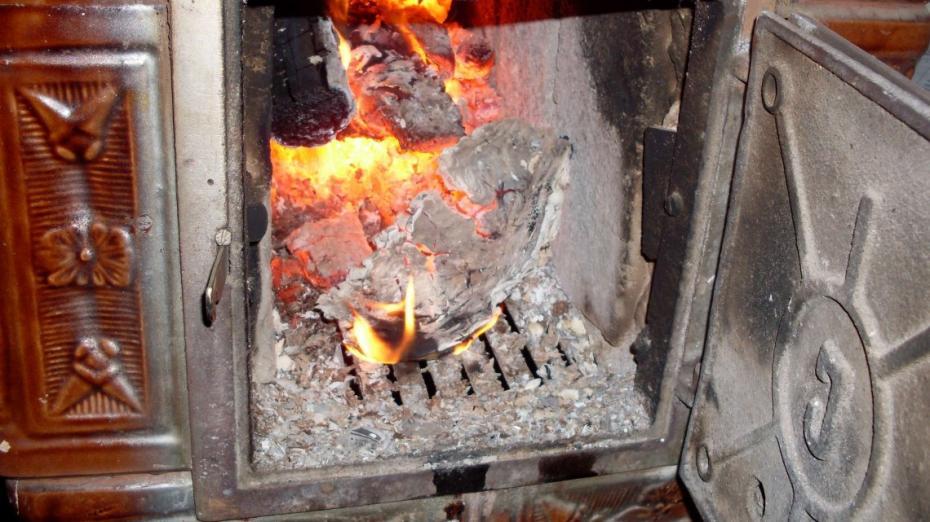 O adolescentă a fost internată cu arsuri, după ce a încercat să aprindă focul cu o substanță inflamabilă