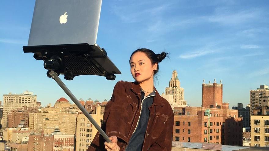 (foto) Amuzant. MacBook Selfie Sticks sau cum să ironizezi oamenii care își fac selfie-uri