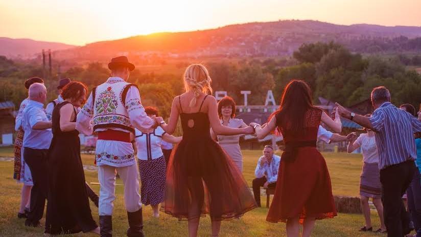 (foto) Romantism și intimitate la Vatra: Cum să-ți petreci nunta în aer liber