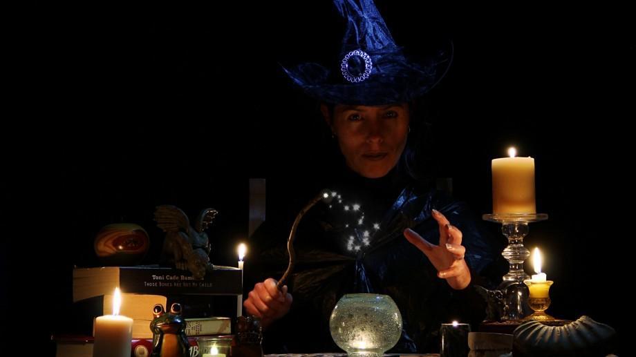 """Escrocherie prin """"dezlegare de farmece""""! O """"vrăjitoare"""" din Basarabeasca a fost reținută"""