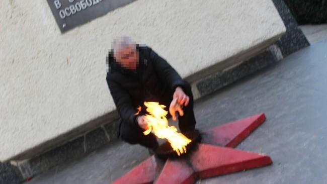 (foto) Un bărbat a făcut frigărui la Focul veșnic din Bălți. Ce riscă pentru fapta comisă
