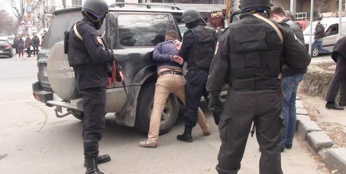 (video) Angajaţii unui birou de traduceri din Chișinău puneau în circulaţie bani falşi