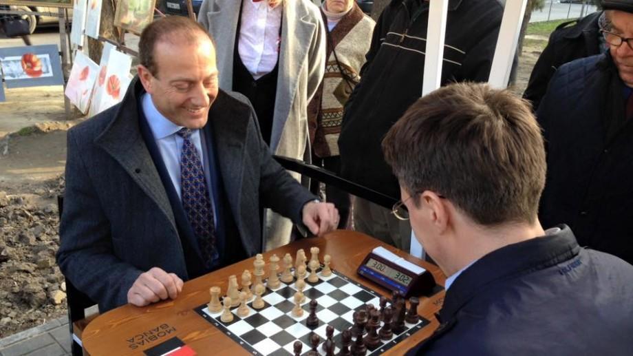 (foto) În scuarul Teatrului Eminescu au fost inaugurate două mese pentru jocul de șah