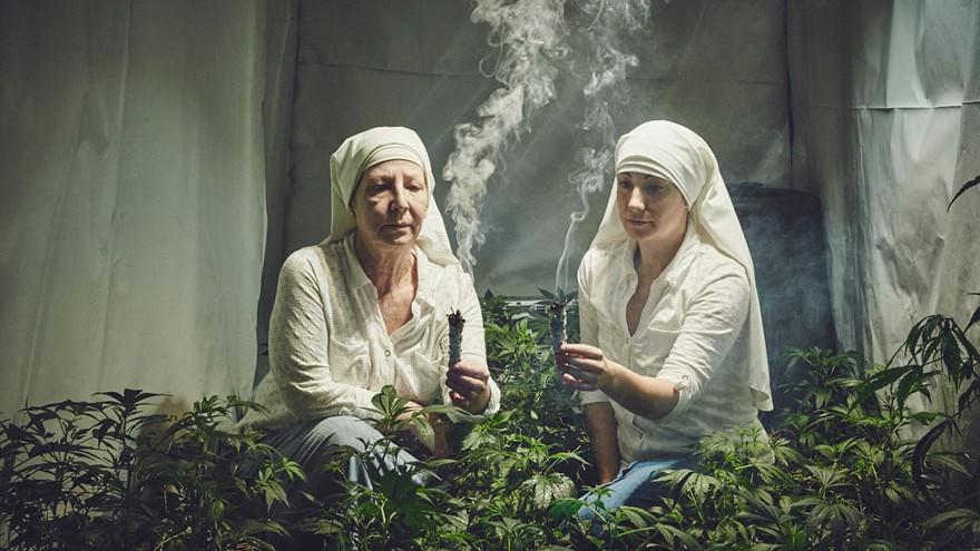 """Două măicuţe au o afacere din cultivarea marijuanei. O consideră """"darul lui Dumnezeu"""""""