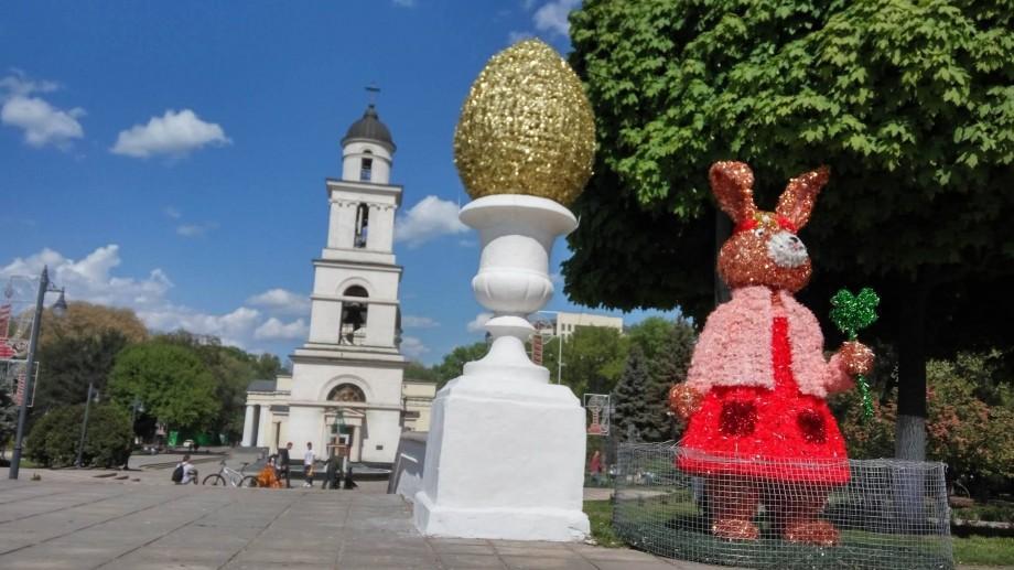 (foto) În Scuarul Catedralei a fost amenajat iluminatul pentru sărbătorile pascale