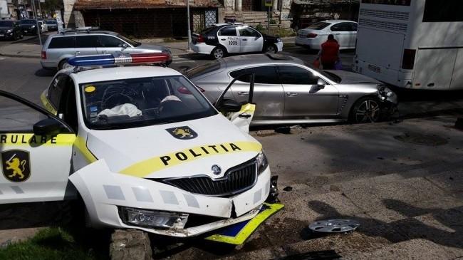 Accident de lux în Capitală! O mașină a poliției s-a ciocnit cu un Porsche